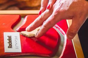 doigts sur un surface tactile en braille