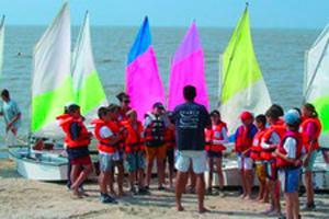 enfants devant des bateaux